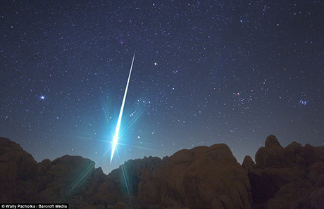 Geminid_fireball_explodes_over_the_Mojave_Desert_in_2009.jpg