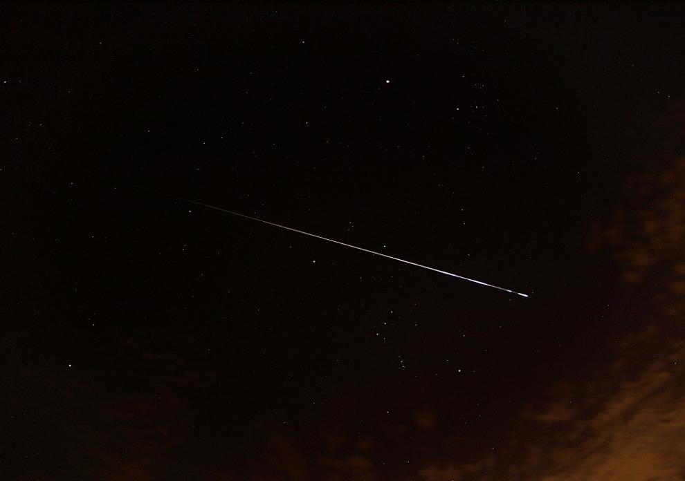Яркий метеор пересекает созвездие Ориона